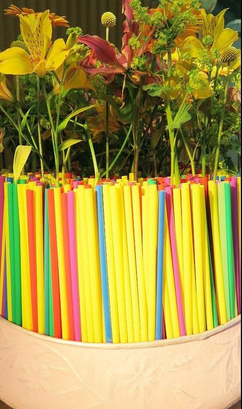 So können Sie gebrauchte Trinkhalme prima wiederverwenden. Stecken Sie diese dicht an dicht in eine Schale und dann mit Blumen der Saison bestücken.