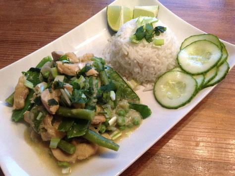 Thaise groene curry met kip en groene groenten, limoenrijst en zoet-zure komkommer.