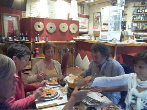 Au restaurants pour gouter les spécialités espagnoles.