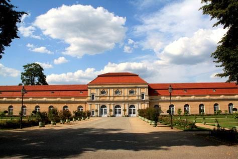 Westlicher Flügel Schloss Charlottenburg, Große Orangerie mit Weg zum Haupteingang. Foto: Helga Karl