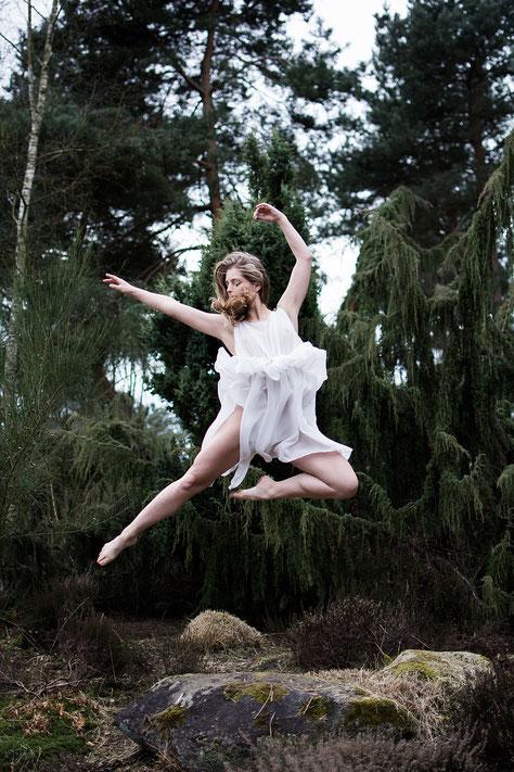 apollo-artemis, mode, design, nachhaltig, handgemacht, projekt, foto, shooting, chiton, keid, tänzerin, natur, bülent kirschbaum