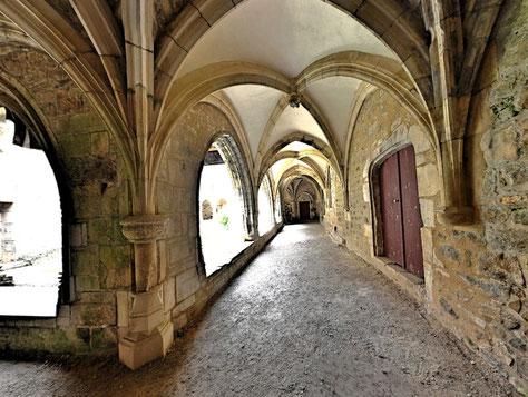Couloir et intérieur du cloître de Carennac - Source Photographie Panoramique