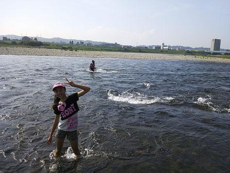 後ろに鮎師がズラ~っと…サンダル浸かり気持ちイイ━━━━!! by Rio