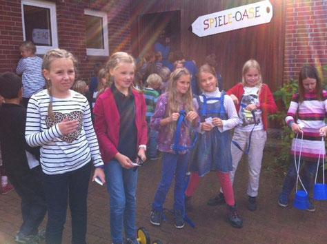 Am 13. September wurde die Spiele-Oase vom Freundeskreis eingeweiht. Die Schülerinnen und Schüler haben nun die Möglichkeit, in den großen Pausen mit ihrem Schülerausweis kleine Spielgeräte, wie z.B.