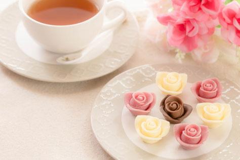板チョコとカカオ。アソートチョコレート。ハート形のクッキー。チョコがけのいちご。
