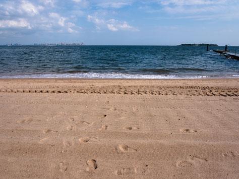 Blick vom Strand auf Staten Island nach Brooklyn.