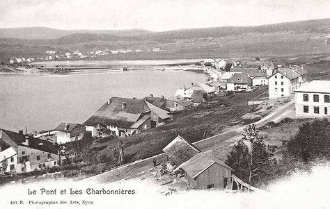 La scierie Mouquin au début du XXe siècle. A droite le bâtiment de la Lustrerie. Plus loin les deux corps de bâtiment qui constitueront l'Hôtel Mon Désir. Au bord du lac, sous-jacente, la maison du Grand-Toit