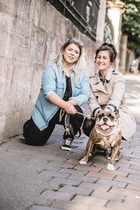 zwei Personen, ein Hund, Fotografie