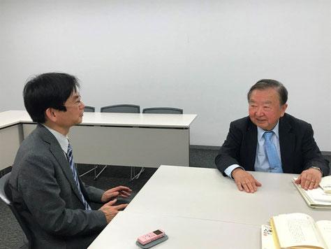 インタビュー中の桐村さん(右)と上坂浩史
