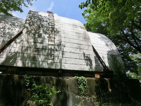 ●国立天文台の見学ケースにあるゴーチェ子午環室。国立天文台は、大正時代に麻布から三鷹に移転してきました。森のような構内には、当時の面影を残す建物が点在しています、