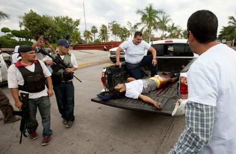 ヌエバ・イタリアでの銃撃戦で自衛団側に出たけが人。http://www.jornada.unam.mx/ultimas/2014/01/13/las-batallas-de-las-autodefensas-en-michoacan