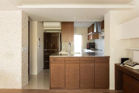 空間に合わせたオーダーキッチン。コストは高いですが効率的なキッチン収納になります。キッチン