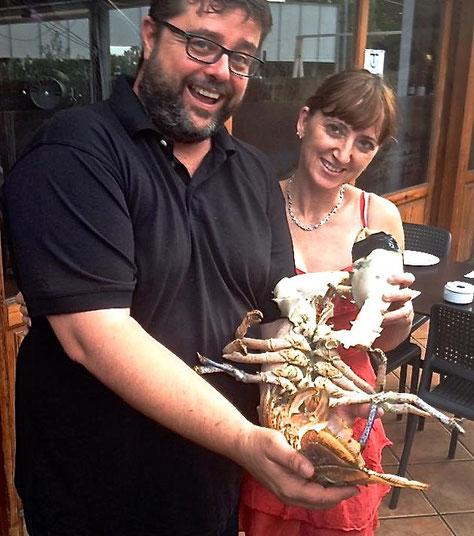 Bati Bordes y Mari Mena aguantando el bogavante gigante