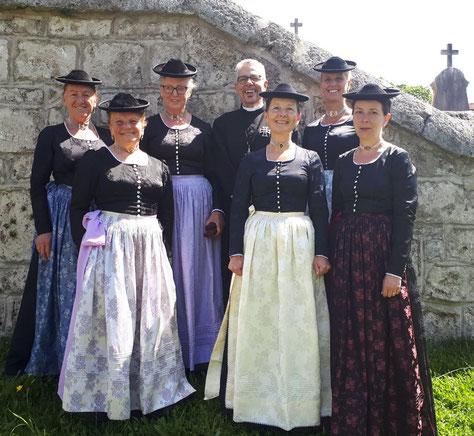 Frauen im Kirchengewand an Pfingsten