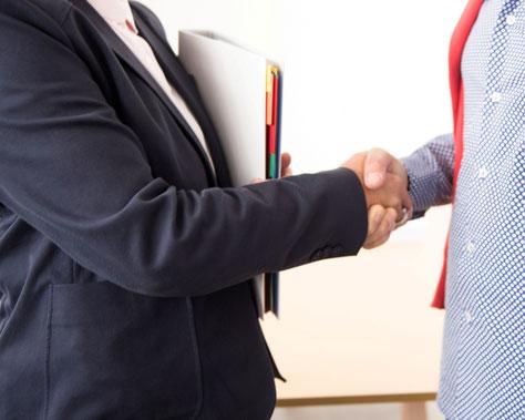 Une poignée de main entre partenaires