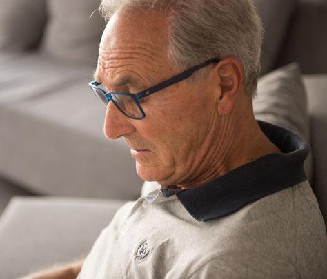 Un monsieur âgé absorbé dans ses pensées