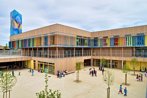 Geplangte Schulkomplex um syntheteschen Terrain