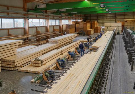Holzlamellen werden zu Brettstapel-Bauteilen verpresst