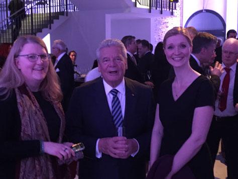 Verena Limper, Bundespräsident Gauck und Ann-Kristin Kolwes beim Deutschen Zukunftspreis