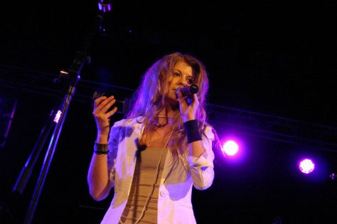 Carmen Tannich-Wallner beim Auftritt mit ihrer Band Cama in Telfs (Tirol) im Sommer 2011. (c) miggl.at