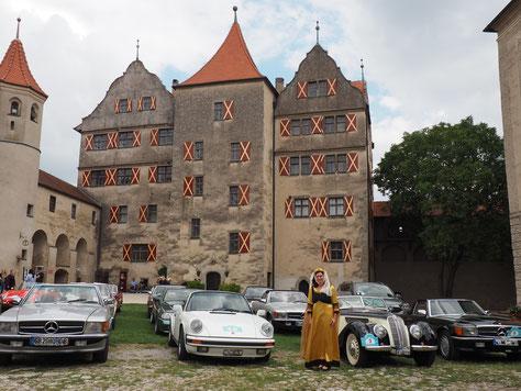 Parken im Hof des romantischen Schloss Harburg