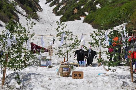 雪渓と針ノ木岳峠を望むように用意された祭壇