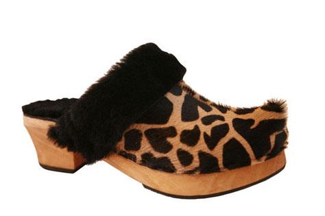 sabot suédois femme pour l'hiver, cuir façon girafe tout doublé en peau de mouton, très chaud et confortable, fait à la main et sur mesure par les sabots d'isa
