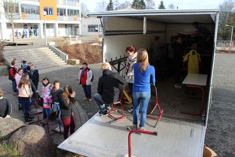 Fleißige Hände beladen den Transporter der Auslandshilfe Wissenbach.