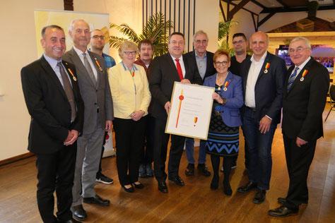 """Landrat Dr. Axel Lehmann zeichnet zehn verdiente Lippe mit dem Lippischen Ehrenring 2019 aus. Unter ihnen: Hannelore """"Lörle"""" Budde. Bild: Kreis Lippe"""
