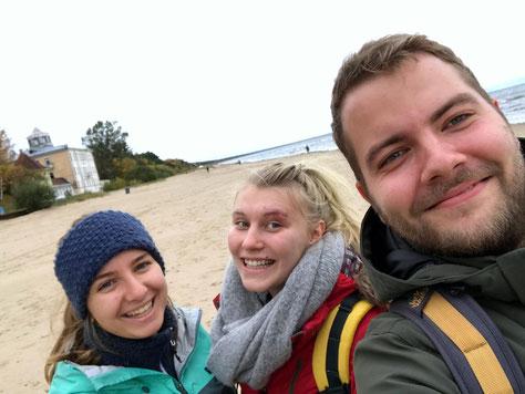 """""""Lettlandprakties"""" bei ihrem ersten gemeinsamen Ausflug ans Meer (v.l.n.r. Anna Maria, Emelie, Leo)"""