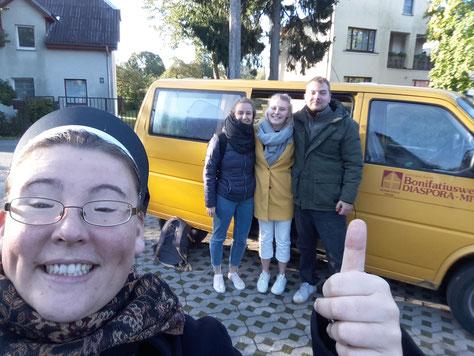 Schwester Hannah mit den Lettland Praktikanten