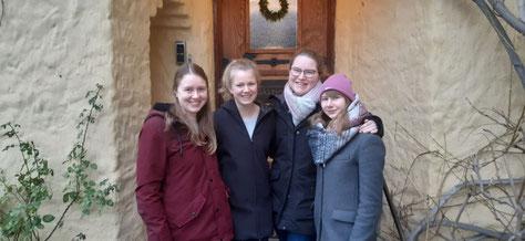 Livia, Sofia, Friederike und Anna vor dem Gästehaus