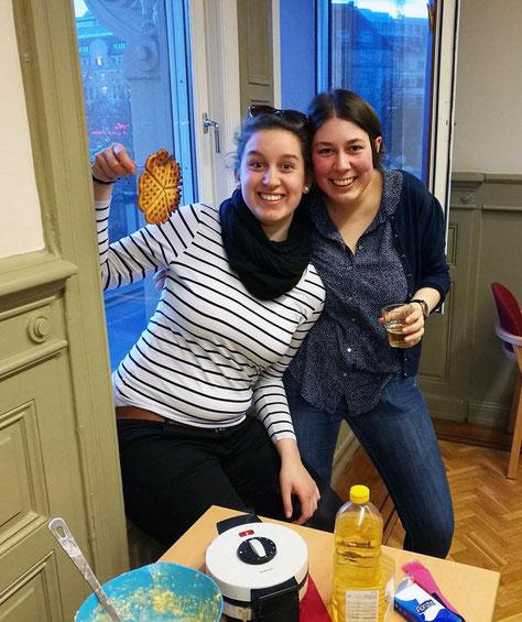 Raphaela Polk und Magdalena Overberg backen Waffeln