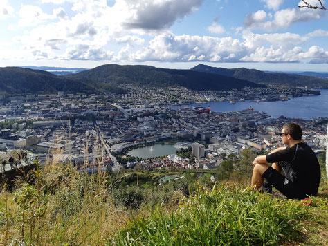 Ich blicke vom Stadtberg Fløyen auf die Stadt