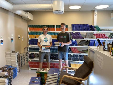 Hier helfen Paul und ich gerade den Sekretärinnen bei der Bücherausgabe.