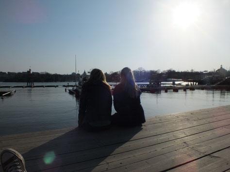 Magdalena Kollbeck und Maria Korten genießen die Frühlingssonne in Stockholm