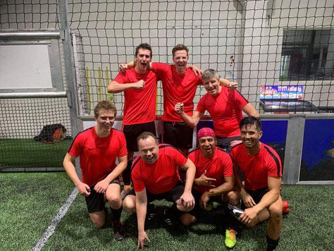 Die Lehrerfußballmannschaft von der St. Paul Schule nach einem hart erkämpften Sieg