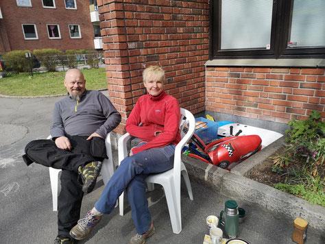 Gespräch mit Besuchern im Garten