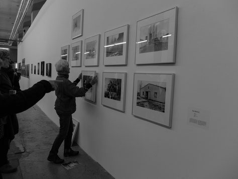 Die Fotografin Karin Wieckhorst beim Umhängen