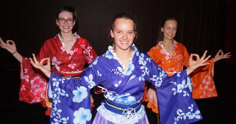 Die Vilando-Tänzerinnen Lena Fischer, Elen Wittwer und Cora Presser (von links) steppen sich im Traumfänger-Musical ins Reich der Mitte. Foto: Alpha-Report