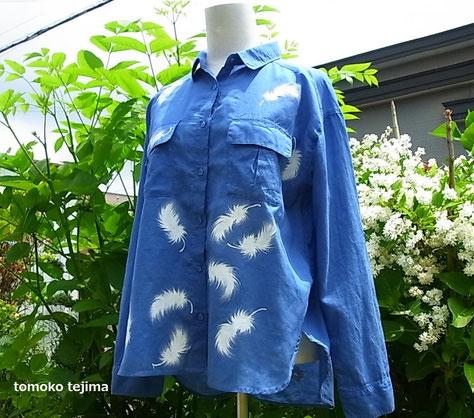 ブルーの羽舞うシャツ