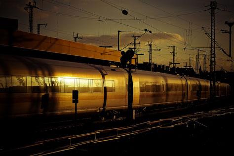Zug im Abendlicht im Bahnhof