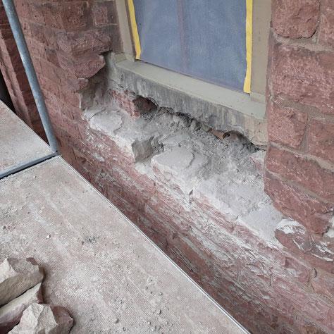 Unter diesem Fenster auf der Südseite konnte die sehr stark beschädigte Fensterbank nicht erhalten werden. Bis zum Spätjahr wird sie durch eine neue Fensterbank ersetzt sein.