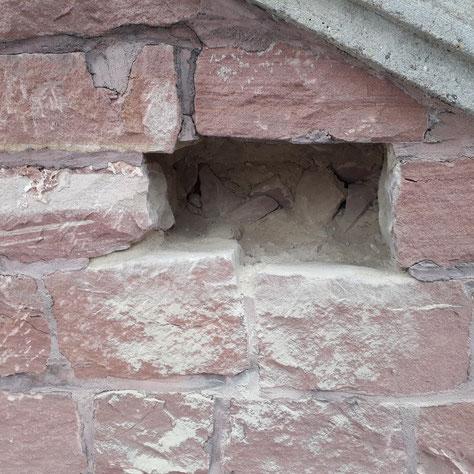 Die Fassadensanierung läuft: Hier war ein Stein so morbide, dass er komplett entfernt werden musste. Der Steinmetz wird eine millimetergenaue Nachbildung herstellen und in die klaffende Lücke einbauen.