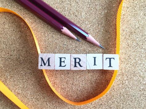 MERITと書かれた木のブロック