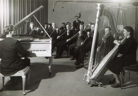 Toni Leutwiler mit seinem Streichorchester im Radiostudio Bern