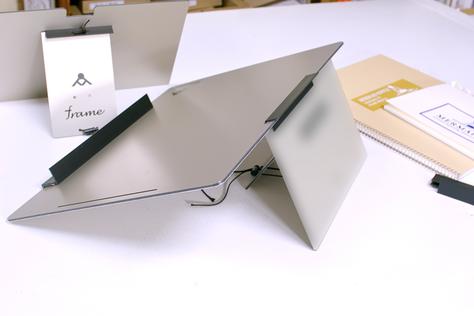 モタレツをモチツに架けたイメージ スケッチブック用の卓上イーゼル