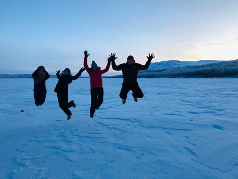 Konrads Winter-Urlaub in Kiruna mit seinen Mitpraktikantinnen Hannah, Clarita und Sonja (v.l.) (Foto: Maximilian Pröpper)