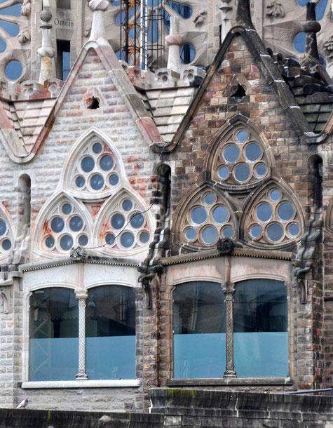 サグラダ・ファミリアの新しい石工は、汚れて風化した古い部分と対照的なのがはっきりとわかる。