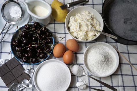 Ricottakuchen mit Kirschen und dunkler Schokolade